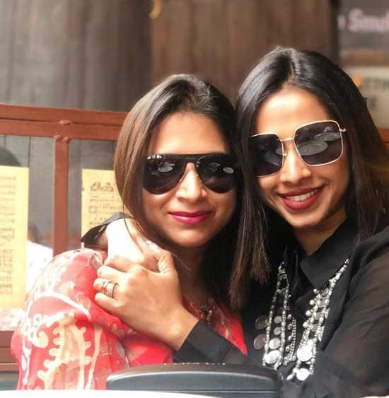 Shreya Bugde With Sister