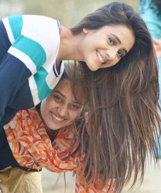 hiba nawab with sister