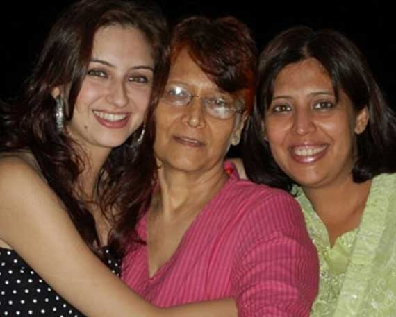 saumya tandon with mother and sister