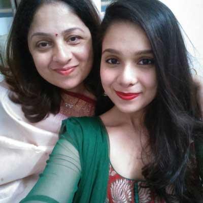 rashmi agdekar with mom