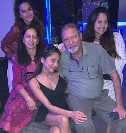 shibani-dandekar-with-family